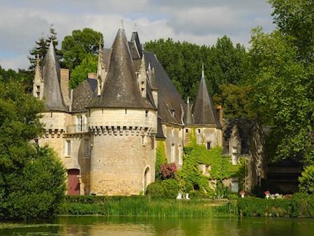 Rivière de la Sarthe avec un château