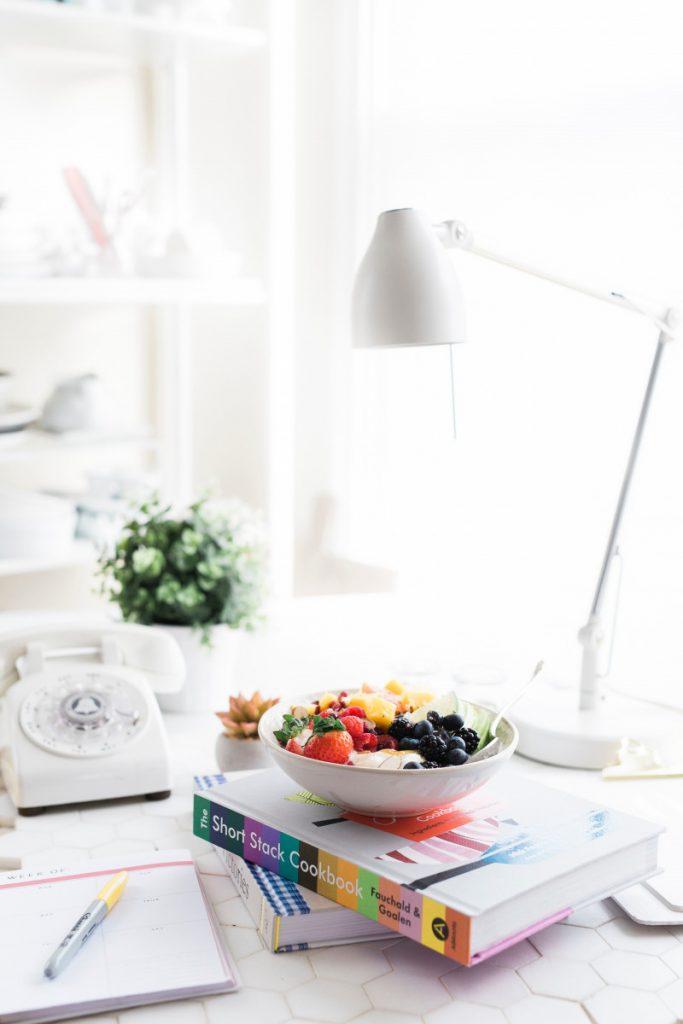 Manger des fruits au bureau pour plus de productivité